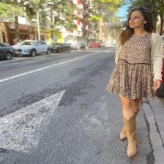 Hello weeeeeekend 😜… A esta prenda le estamos sacando muuuuucho partido . El vestido Emma , esas prendas que usamos mucho cuando hace calor o cuando empieza a refrescar añadiendo cárdigans para esa transición que no sabemos que ponernos . Luego con abrigo y una buena rebeca calentito , y con nuestros botines y botas , brutal 🤎 . … ✔️estido Emma Leo ✔️Cárdigan París ✔️Cárdigan Crema  …. www.NINETASHOP.com