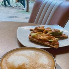 Viernes , lluvia , Café ☕️ calentito y ese ratito para reconectar-me que tanto me gusta 🤎. Otoño 🍂, que ganas de ti 🙋🏽♀️